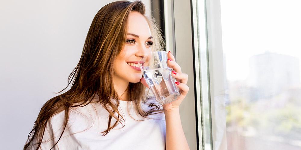 aguas-lafken-mujer-bebiendo-agua